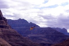 Helikopter die in Grand Canyon vliegen stock fotografie