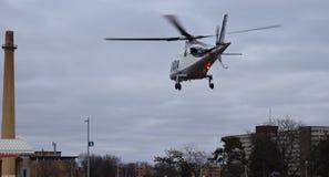 Helikopter die laag aan de Grond dichtbij Schoorsteen vliegen Royalty-vrije Stock Afbeelding