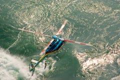 Helikopter die laag vliegt Stock Foto