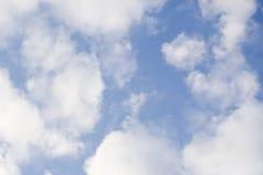 Helikopter die meer dan een wolkenhoogte vliegen met blauwe hemelachtergrond stock afbeelding