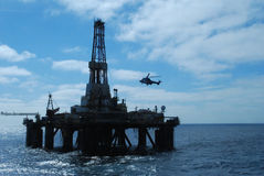 Helikopter die op een olieplatform landt royalty-vrije stock foto's