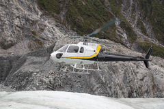 Helikopter die op Franz Josef Glacier landt stock foto's