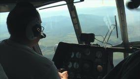 Helikopter die over de bergkloof vliegen stock video