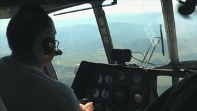 Helikopter die over de bergkloof vliegen stock videobeelden