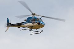 Helikopter Ecureuil AS350 B3 i flykten arkivfoton