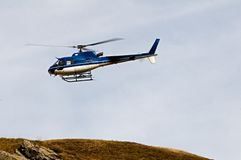 Helikopter Ecureuil AS350 B3 i flykten arkivbild