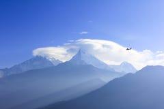 Helikopter en Annapurna-bergketen, mening van Poonhill-famo Stock Foto's
