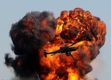 Helikopter en reuzeexplosie stock foto
