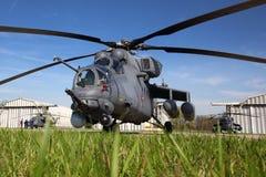 Helikopter för attack som Mi-35 föreställas på den Kubinka flygvapengrunden Arkivbild