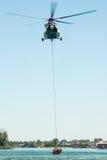 Helikopter för Mil som Mi-17 för en räddningsaktion från vattnet på Senec Sunny Lakes, Slovakien Royaltyfria Foton