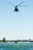 Helikopter för Mil som Mi-17 för en räddningsaktion från vattnet på Senec Sunny Lakes, Slovakien Royaltyfria Bilder