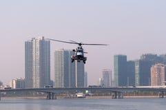 Helikopter för räddningsaktion EC225 i stad royaltyfria bilder