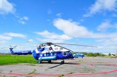 Helikopter för RA-22422 Mil Mi-8 AMT av Gazpromavia Flyg Företag på parkeringen i den Pulkovo flygplatsen Arkivfoto