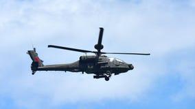 Helikopter för RSAF som AH-64D Apache utför konstflygning på Singapore Airshow Arkivfoton