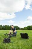 Helikopter för teknikerAssembling UAV royaltyfri fotografi