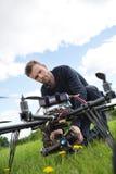Helikopter för teknikerFixing Camera On UAV arkivfoto