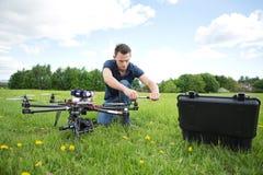 Helikopter för teknikerFixing Propeller Of UAV royaltyfri fotografi