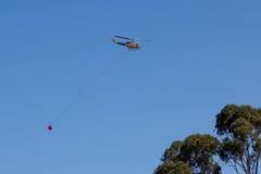 Helikopter iść pomagać gasić bushfire zdjęcia royalty free
