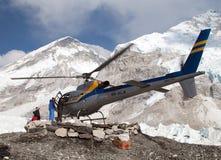 Helikopter i den Mount Everest basläger Royaltyfri Fotografi