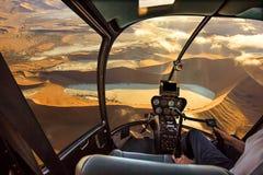 Helikopter i den Sossusvlei öknen Arkivbild