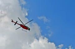 Helikopter i skyen Arkivbilder