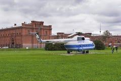 Helikopter landend stootkussen op de achtergrond van de oude vesting in heilige-Petersburg, Rus Royalty-vrije Stock Afbeeldingen