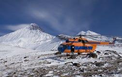 Helikopter med turister på vulkan arkivfoto