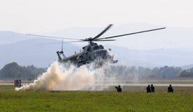 Helikopter - Mi-17 - bojowa akcja Zdjęcia Stock