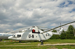 Helikopter Mi-26 på fältet Royaltyfri Bild