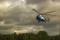 Helikopter mi-8 in de hemel Stock Fotografie