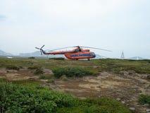 Helikopter Mi-8 i de Kuril öarna Fotografering för Bildbyråer