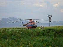 Helikopter Mi-8 i de Kuril öarna Arkivbild