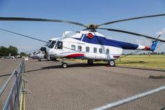 Helikopter MI-8 i fältet för grönt gräs Arkivfoton