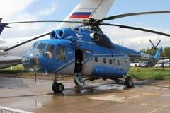 Helikopter Mi-8 på den internationella flyg- och utrymmesalongen M Arkivbilder
