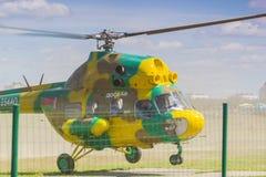 Helikopter MI-2 på luft under flygsporthändelse Arkivbilder