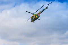 Helikopter MI-2 på luft under flygsporthändelsen som är hängiven till den 80th årsdagen av DOSAAF Arkivfoto