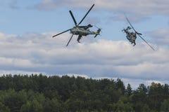 Helikopter MI-24 på luft under flygsporthändelsen som är hängiven till den 80th årsdagen av DOSAAF-fundamentet Royaltyfri Bild