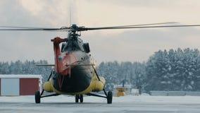 Helikopter Mi-8 under parkeringen lager videofilmer