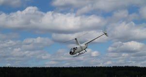 Helikopter mot himlen arkivbilder