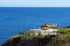 Helikopter na desantowym terenie z morzem w tle Fotografia Stock