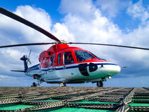 Helikopter na na morzu helideck Zdjęcia Royalty Free