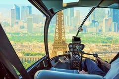 Helikopter na wycieczki turysycznej wieży eiflej zdjęcie royalty free