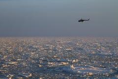Helikopter nad Arktycznym Zdjęcia Royalty Free
