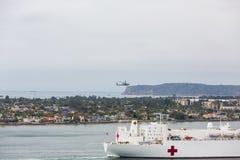 Helikopter Nad Morskim okrętem szpitalnym fotografia stock