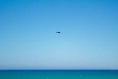 Helikopter nad morzem Zdjęcie Royalty Free