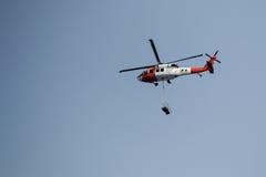 Helikopter niesie ładunek Fotografia Royalty Free