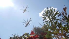 Helikopter op bewolkte hemelachtergrond Militaire uitrusting stock videobeelden