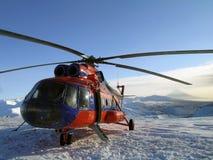 Helikopter op de achtergrond van een de winterlandschap kamchatka Stock Afbeeldingen