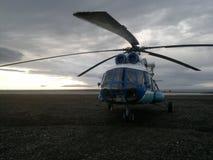 Helikopter op de kust van het overzees royalty-vrije stock afbeelding