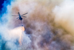 Helikopter op een gevaarlijke opdracht Royalty-vrije Stock Foto's